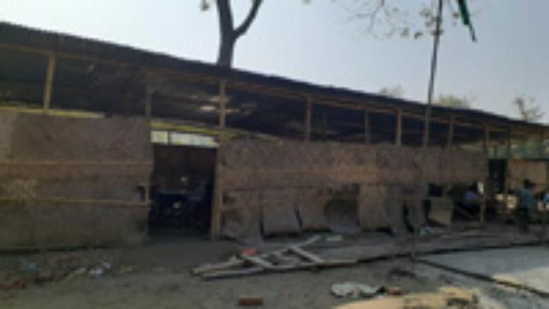 বরিশালে প্রাইমারী স্কুল ভবন নির্মানে ঠিকাদারের গড়িমসি।। কোমলমতি শিক্ষার্থীদের দুর্ভোগ !!