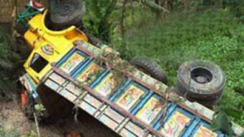 বরিশালে গৌরনদীতে আমবোঝাই ট্রাক উল্টে হেলপার নিহত