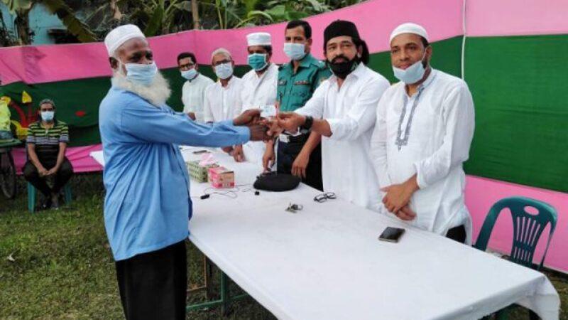 বরিশাল নগরীতে বাংলাদেশ মানবাধিকার কল্যাণ ট্রাস্ট'র উদ্যোগে দুস্থদের মাঝে খাবার বিতরণ
